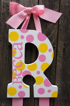 Custom Name Initial Bow Holder by faithnbugsboutique on Etsy Painting Wooden Letters, Painted Letters, Diy Crafts For Girls, Crafts To Do, Ribbon Flower Tutorial, Bow Tutorial, Felt Flowers, Fabric Flowers, Diy Headband Holder