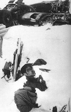 Un joven ruso medio sepultado por la nieve.