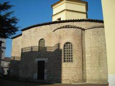 Chiesa di Santa Sofia, Benevento. Il complesso di Santa Sofia si sviluppò intorno alla chiesa, fondata dal duca longobardo Arechi II intorno al 760. Dopo la sconfitta di Desiderio ad opera di Carlo Magno (774) divenne tempio nazionale dei Longobardi, che nel Ducato di Benevento avevano trovato rifugio