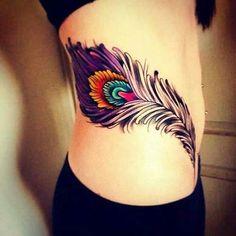 Les oiseaux sont certainement les plus belles créatures sur terre. Naturellement les gens veulent se faire tatouer avec ces images d'animaux volants. Mais plutôt que de vouloir montrer l'oiseau en entier, beaucoup de gens préfèrent avoir comme tatouage une simple plume.
