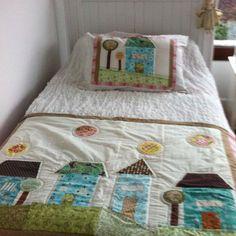 Piecera con cojín Embroidered Quilts, Applique Quilts, Patch Quilt, Quilt Blocks, Textile Patterns, Quilt Patterns, Patchwork Baby, House Quilts, Bed Runner