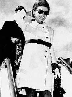 Jacqueline Kennedy Onassis - jackie o - style icon - fashion - pictures Jacqueline Kennedy Onassis, Jackie Kennedy Style, Jaqueline Kennedy, Les Kennedy, Natalie Portman Style, Religion Catolica, Tennis Dress, Old Hollywood Glamour, Coat Dress