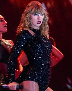 Taylor Swift in concert. Lady Gaga, Taylor Swift Wallpaper, Taylor Swift Hot, Taylor Swift Pictures, Lady And Gentlemen, In Pantyhose, American Singers, Role Models, Selena Gomez