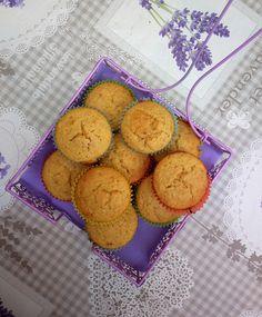 questi Muffin alle albicocche e succo di pesca sono muffin un po' particolari, avevo fatto qualcosa di simile tempo fa, i Muffin allo yogurt rosso e prugne, infatti il procedimento è similare.  ma questa volta invece che usare yogurt, panna o quant'altro per ammorbidire l'impasto ho usato la polpa di albicocche disidratate frullata assieme al succo di pesca.  si ottiene un frullato dal colore arancione intensissimo e dal sapore dolce e fruttato.