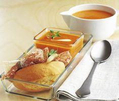 En mustig och delikat soppa som du snabbt tillagar. Härliga smaker från grillad paprika, tomater, lök och het ajvar relish mixas ihop och kokas så att smakerna blir intensiva. Du serverar soppan med en frasig baguette fylld med brie och salami.