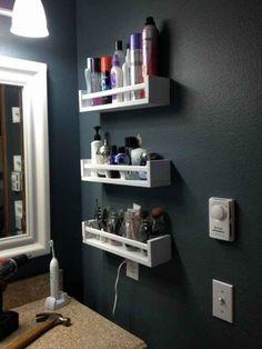 Pon pequeñas repisas en las paredes para aprovechar todo el espacio.
