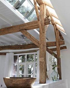 Prachtige #houten #balken zijn zichtbaar gebleven in deze volledige gemoderniseerde ruimte. Alles is #modern en strak #wit en bijzonder is het #glazen #dak waarin ook balken lopen. #wood #wooden #beams #white #glass #roof