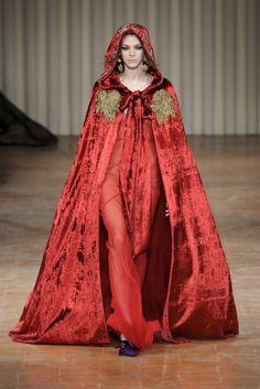 bc909fdb65ef La cappa di velluto rosso + l abito da sera - ELLE.it Moda