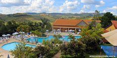 Vista parcial das piscinas descobertas do Monreale Hotel Resort, em Poços de Caldas.