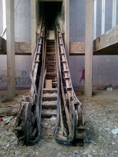 An abandoned escalator in an old mall! This is so cool! I have ALWAYS wanted to know what one looks like on the inside!