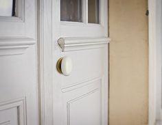 Se trata de un juego de pomos modelo Polo en Bronce combinado con porcelana blanca sobre puerta lacada en blanco.Ideal para darle un toque sofisticado a las puertas de su cocina, baño o salón.