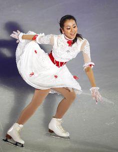 フィギュアスケート全日本選手権のエキシビションで演技する浅田真央(中京大)(札幌市の真駒内セキスイハイムアイスアリーナ)