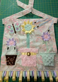 [No Pattern] Fidget/sensory apron made for relative with Alzheimer's. When I shared on FB, realized that this is not a widespread idea, so I wanted to share for anyone else who has relatives with Alzheimer's/Dementia/Autism or other similar needs. Dementia Crafts, Alzheimers Activities, Alzheimer's And Dementia, Dementia Care, Sewing Crafts, Sewing Projects, Sewing Tips, Quilting Projects, Nursing Home Gifts