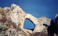 Monte Forato , Alpi Apuane , l'arco ha una campata di 32 metri , un'altezza massima  di 25 metri ,mentre  lo spessore della roccia che forma l'arco è circa 8 metri . L'escursione inizia da Cardoso di Stazzema (LU) : parcheggio  dopo il paese presso una cascata artificiale .