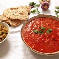 Würzig marinierter Spitzkohl, in roter Masala-Soße – mit indischem Vollkorn Paratha-Brot (Vegan)