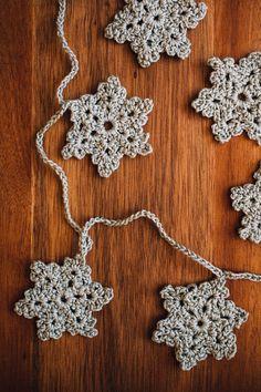 DIY Crocheted Snowflake Garland (DIY: Virkad girlang med snöflingor)
