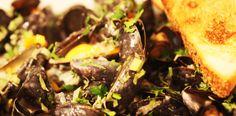 Scoici negre cu sos de smantana, vin si usturoi. Calamari, Seafood, Beef, Sea Food, Meat, Octopus, Steak, Seafood Dishes