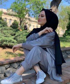 Modest Fashion Hijab, Street Hijab Fashion, Girl Photo Poses, Girl Photography Poses, Mode Turban, Hijab Fashion Inspiration, Hijabi Girl, Stylish Girls Photos, Muslim Girls