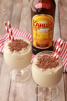 Double-thick and ultra creamy kahlua milkshake. Also called a kahlua dom pedro. Deliciously boozy milkshake laced with coffee liqueur and topped with dark chocolate. Alcoholic Milkshake, Kahlua Drinks, Milkshake Recipes, Yummy Drinks, Alcoholic Drinks, Coffee Drinks, Mix Drinks, Starbucks Drinks, Martinis