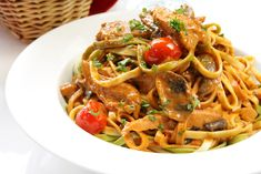 This easy fettuccine pasta dish packs 5 immunity-boosting ingredients—mushrooms, pecans, EVOO, garlic + tomatoes. Tomato Linguine, Fettuccine Pasta, How To Make Fettuccine, How To Cook Pasta, Steak Dinners For Two, Spinach And Ricotta Ravioli, Easy Pasta Dishes, Stuffed Mushrooms, Stuffed Peppers