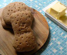 Wer schon einmal im Outdoorurlaub in Schweden oder Norwegen unterwegs war, ist wahrscheinlich dem Polarbrød begegnet. Dabei handelt es sich um runde kleine Brotfladen, die in unterschiedlichen Vari…
