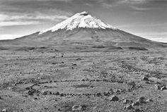 IMAGEN-PAISAJE // ''Cotopaxi Circle'' - Richard Long.ALONG A TWELVE DAY WALK IN ECUADOR  1998. Esculturas hechas como resultado de sus caminatas épicas. La idea de la caminata puede afirmarse en una circunstancia arbitraria. Guiado por un gran respeto por la naturaleza y por la estructura formal de las formas básicas, Long nunca hace alteraciones significativas en los paisajes que atraviesa. Marca el suelo o ajusta los accidentes naturales de un lugar.