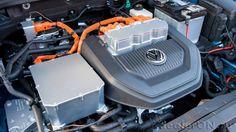В моторном отсеке электромобиля VW e-Golf 2015 / Фольксваген е-Гольф – электромотор и сопуствтвующее оборудование