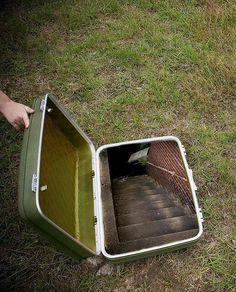 Op en dag staat er een koffer voor de deur. Als je hem opent zie je een trap. Nieuwsgierig geworden loop je naar beneden. Daar vind je een briefje met een opdracht: wat moet je doen?