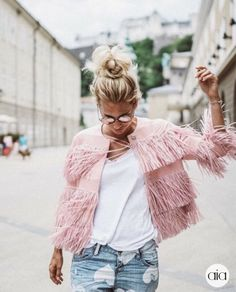Pink Fringe Jacket fall and winter style outfit ideas Passion For Fashion, Love Fashion, Fashion Looks, Fashion Trends, Style Fashion, City Fashion, Runway Fashion, Fashion Ideas, Fashion Jewelry