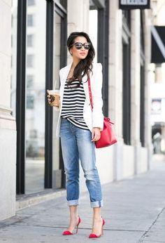 Классическая тельняшка и голубые джинсы – идеальная комбинация. Белый жакет освежает образ, а сумка и открытые туфли красного цвета вносят в него сочную яркую нотку.