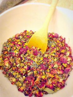 DIY Herbal and Flower Facial Steam: super easy and great for moisture, dislodging dirt from pores, anti-aging, and opening sinus passages! Also makes a beautiful and fragrant gift! Natural Face, Natural Skin Care, Natural Beauty, Diy Skin Care, Skin Care Tips, Coconut Oil For Face, Facial Steaming, Homemade Beauty, Diy Beauty