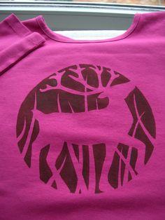 DIY: template printing T-shirt - Painting Diy T Shirt Printing, T Shirt Diy, Printed Shirts, Shirt Designs, T Shirt Painting, Tie Dye Fashion, Textiles, Altering Clothes, Diy Clothing