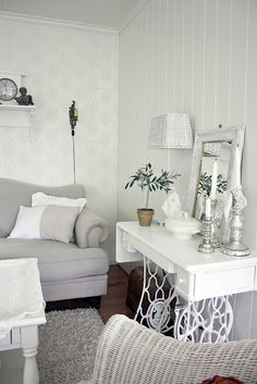 Antique sewing machine table and legs painted white - Astrid's blogg