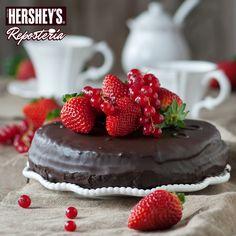 ¡Celebra a esa persona que siempre ha estado a tu lado! Prepara este bello pastel y añade una cubierta dura preparada con nuestras Barras de Repostería Hershey's® chocolate amargo. #Hersheys #Chocolate #InspiraSonrisas #Repostería #Postres #Receta #DIY #Bakery
