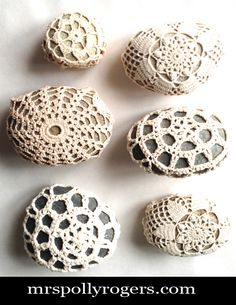 Mrs Polly Rogers demonstrates how to make doily covered rocks, Rock Cozies for use in picnic-ing and in home decor. Crochet Stone, Diy Crochet, Yarn Crafts, Diy And Crafts, Arts And Crafts, Dollar Store Crafts, Dollar Stores, Thrift Stores, Stone Crafts