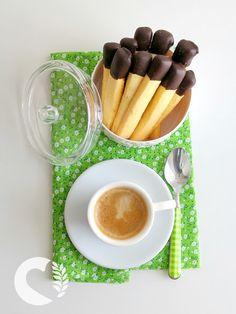 Quando la voglia di un dolcetto vi assale, niente è meglio di questi biscottini di frolla a forma di fiammiferi… Carini da presentare e facilissimi da fare, sono il mio asso nella manica per il caffè con le amiche. La frolla resta una delle preparazioni che danno maggior soddisfazione in versione glutenfree e quindi …