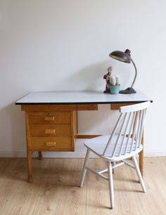 Tof houten vintage bureau. Retro tafel met lades en wit blad.