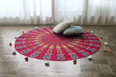 Drap de plage rond inspiré des magnifique mandalas indien.    Parfait en guise de paréo, pour faire du yoga, pour un pique-nique ou même pour décorer votre intérieur posé sur un canapé, sur un lit ou bien accroché à un mur. Ce drap vous accompagnera partout. Stores, Parfait, Beach Mat, Outdoor Blanket, Decoration, Mandalas, Lucky Charm, Indian, Wall