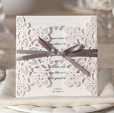 Klassische Laser-Ausschnitt Einladungskarte Hochzeit mit grauem Band OPL063