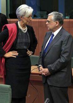 Drie communicatiespecialisten, waaronder auteur Pieter De Smet, bestuderen aandachtig een foto waarop IMF-topvrouw Christine Lagarde in gesprek is met de Griekse premier Papademos - Non-verbale communicatie, dat spreekt