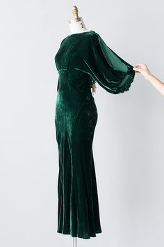 VINTAGE GREEN SILK VELVET OPEN BACK GOWN // Name:Harlean Harlow Gown A stunning example of vintage Hollywood glamour! Vintage green silk velvet gown features cream and green silk flowers clustered along the open cut out back. Vintage Mode, Vintage Gowns, Vintage Inspired Outfits, Vintage Outfits, 1930s Fashion, Vintage Fashion, Edwardian Fashion, Velvet Fashion, Looks Style