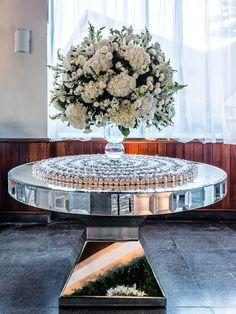 Bodas de Prata | Decoração Clean e Clássica Table Decorations, Wedding, Inspiration, Bolo Fake, Furniture, Pin On, Sandro, Grande, Wedding Inspiration
