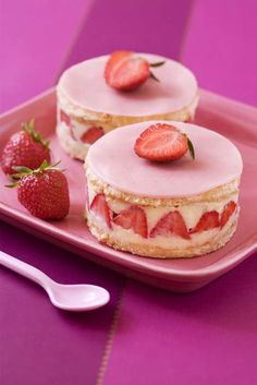 Find images and videos about cake, dessert and strawberry on We Heart It - the app to get lost in what you love. Sweet Recipes, Cake Recipes, Dessert Recipes, Köstliche Desserts, Food Cakes, Mini Cakes, Love Food, Sweet Treats, Cooking Recipes