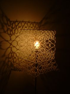 No tutorial: lamp made of zip ties Wall Lights, Old Things, Table Lamp, Diy Crafts, Cool Stuff, Creative Products, Upcycle, Ties, Cable