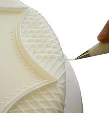 Victoriana Wedding Cakes step-by-step cake decorating - Piping a lattice effect in to the scallop Royal Icing Piping, Cake Piping, Cake Decorating Piping, Cookie Decorating, Cake Decorating Techniques, Cake Decorating Tutorials, Cupcake Cakes, Cupcakes, Fondant Cakes