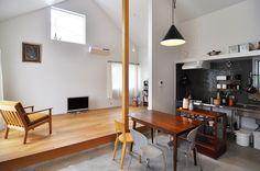 土間はダークブラウンの家具、板の間はライトブラウンの家具で変化をつけています。お店のようなシックなインテリア。