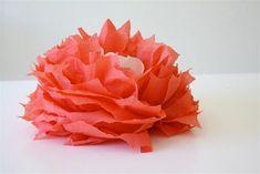 Use guardanapo de papel para fazer flores bem legais e diferentes, que podem ser utilizada para deco