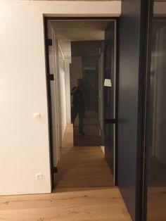 Jedny sklenené dvere osadené samostatne v čiernej zárubni. Druhé deliace sklenené dvere sú taktiež vložené do čiernych rámov a skladajú sa z dvoch pevných stien a dvojkrídlových dverí. Interiér luxusne doplnili a zvýraznili svoju podstatu. Tall Cabinet Storage, Furniture, Home Decor, Decoration Home, Room Decor, Home Furnishings, Home Interior Design, Home Decoration, Interior Design