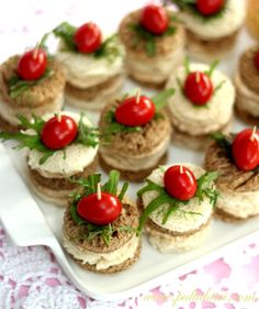 cocktail bites in greek style: salad cheese and cherry tomatoes Snacks Für Party, Appetizers For Party, Appetizer Recipes, Snack Recipes, Easy Healthy Recipes, Real Food Recipes, Baking Recipes, Tapas, Sandwich Cake