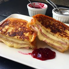 If you love sandwiches with melted cheese, rich and crispy, this one is for you Croissant Sandwich, Sandwich Bar, Monte Cristo Sandwich, Deli Sandwiches, Vegan Recipes Easy, Vegetarian Recipes, Advantages Of Watermelon, Kinds Of Salad, Eating Plans